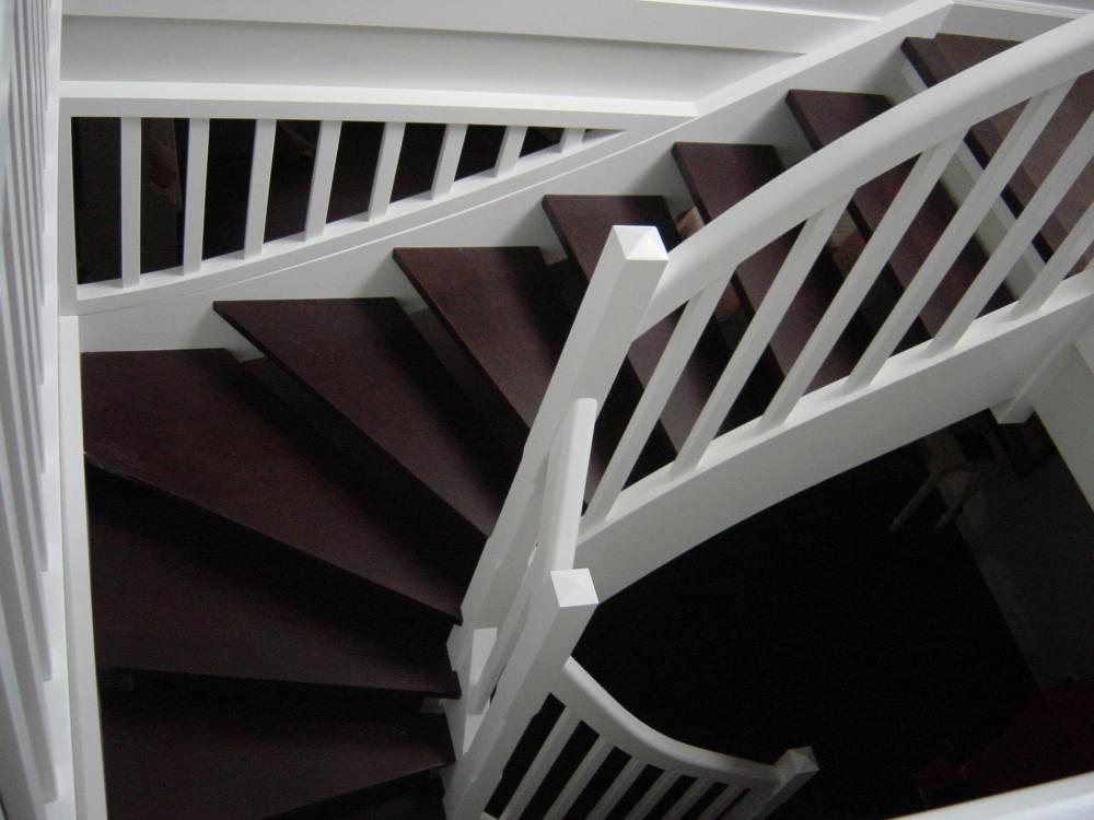 Menuiserie houillon damas et bettegney vosges 88 for Photo escalier bois peint blanc